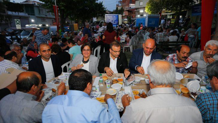 Konak'ta mahalle iftarları Zeytinlik'le başladı