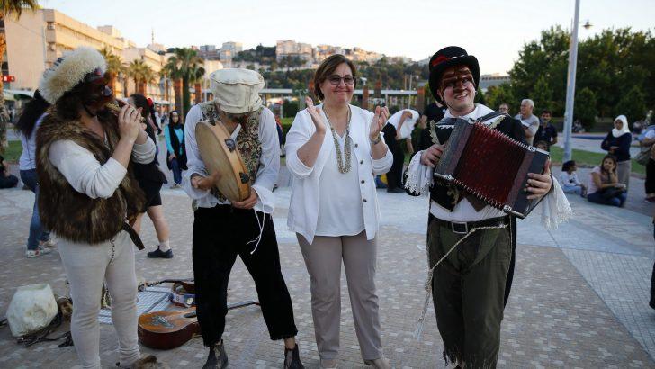İzmirliler Sokak Tiyatro'ya doydu