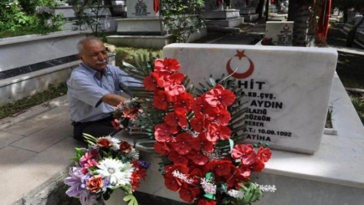 Babalar Günü'nde şehit oğlunun mezarını ziyaret etti