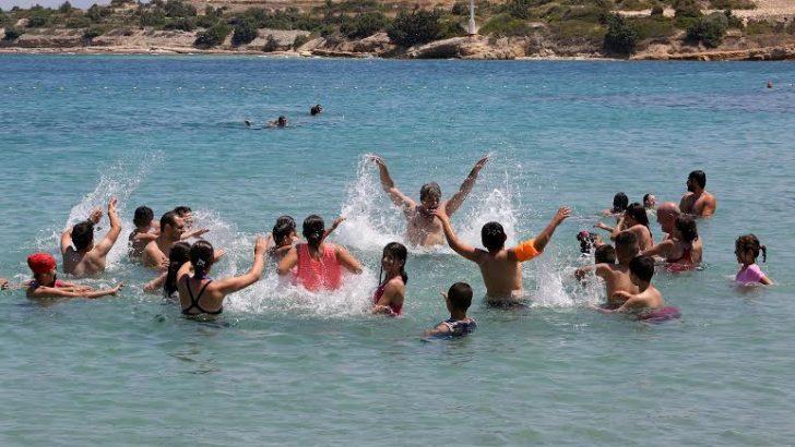 Bucalı çocuklar Çeşme'nin serin sularında