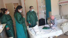 Karabağlar AK Gençlik'ten hastanedeki çocuklara 23 Nisan hediyesi