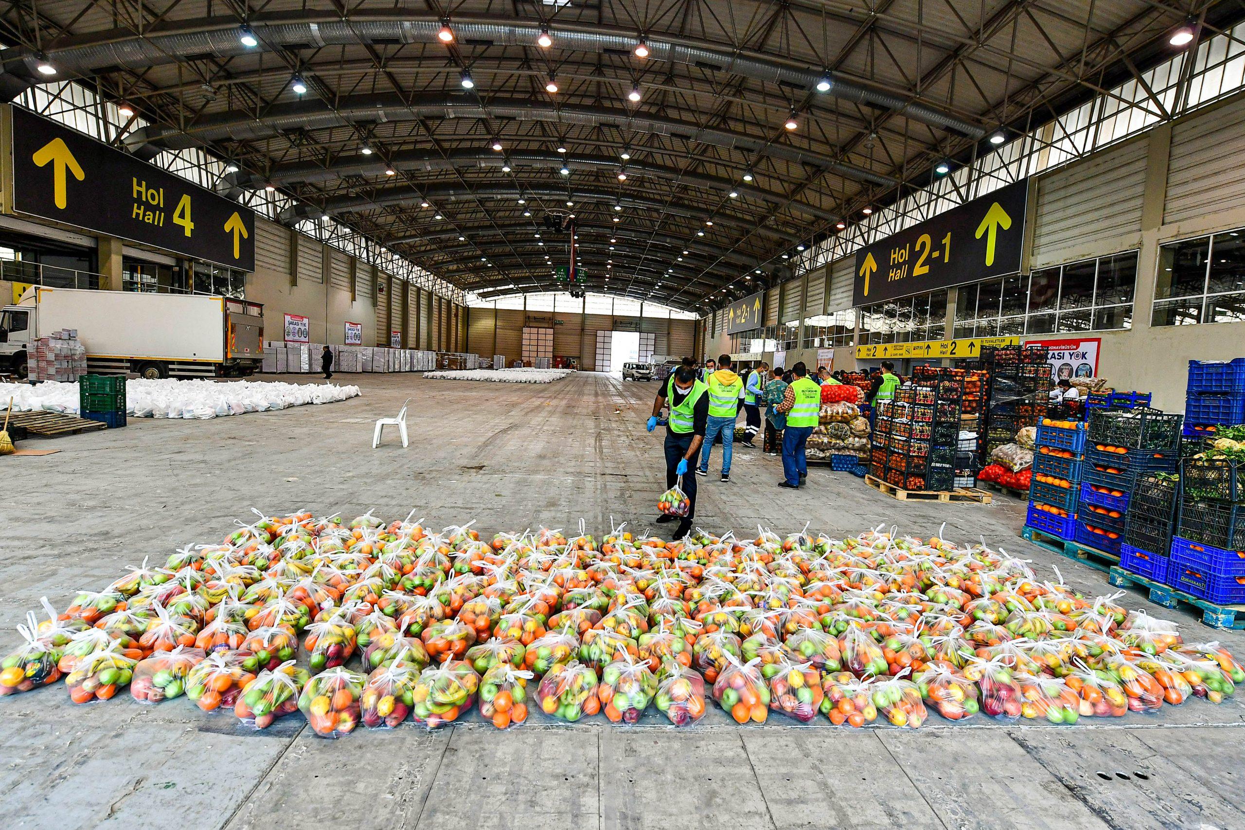 İzmir'de sebze meyve hali esnafından yardım eli