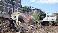 Tugay talimat verdi, metruk binalar yıkıldı