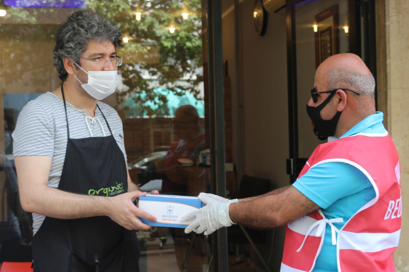 Konak'ta berber ve kuaförlere dezenfektasyon hizmeti