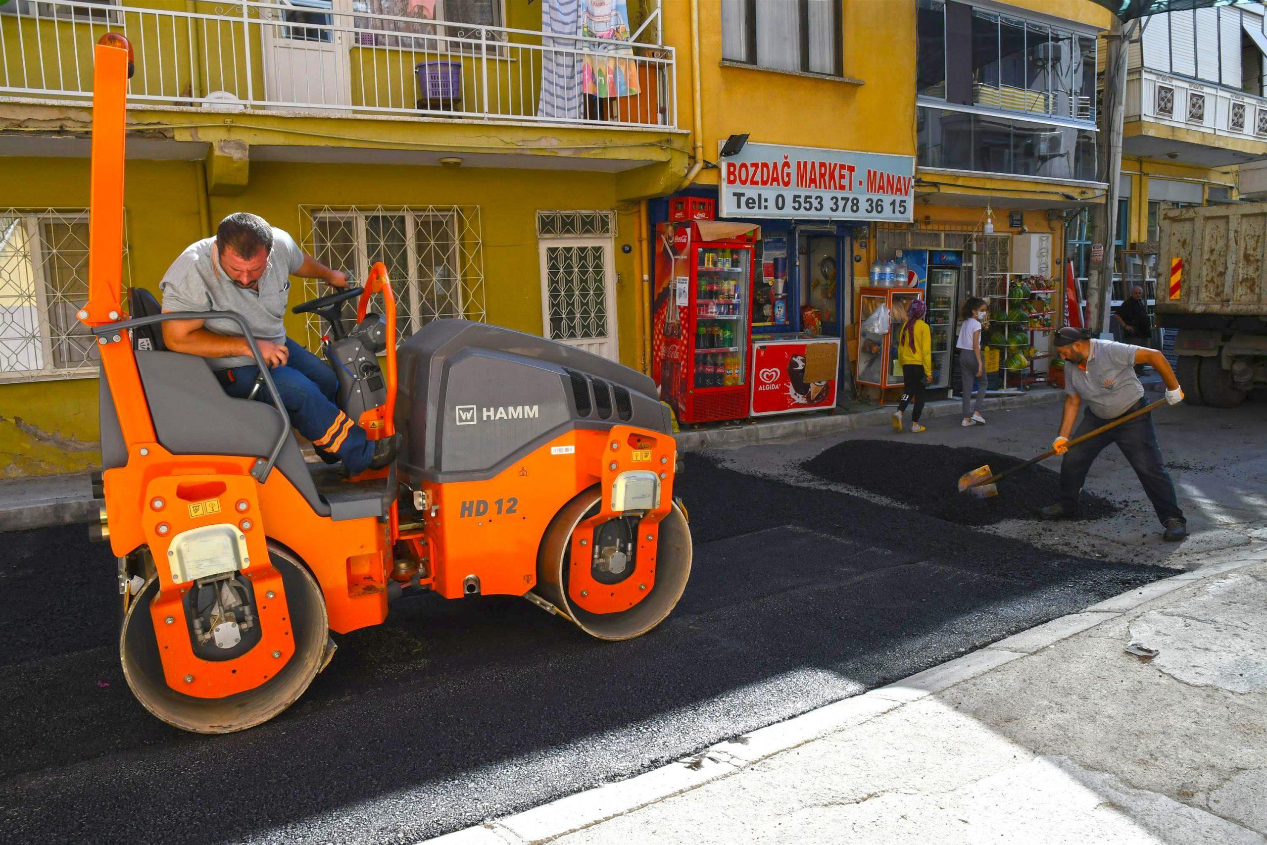 Günde yaklaşık 100 ton cadde ve sokaklara seriliyor.