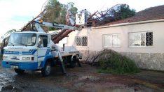 Bergama Belediyesi'nden şiddetli yağmur ve rüzgarın etkilediği mahallelere anında müdahale
