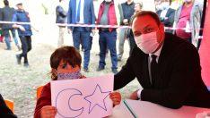 Başkan Gümrükçü Ata'yı Deprem Mağduru Çocuklarla Andı
