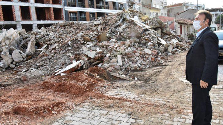 Bornova'da metruk binalar yıkılıyor