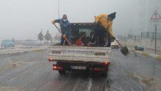 Buca'da kar yağışına karşı tuzlama önlemi