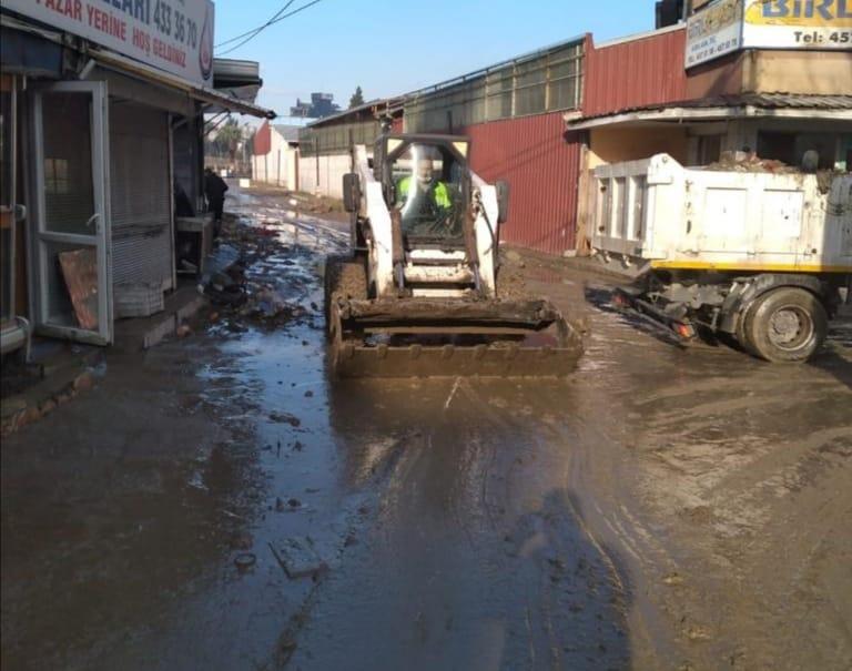 Konak'ta sağanak yağış mesaisi