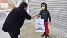 Bornova'da belediyeden eğitim alan miniklere hediye