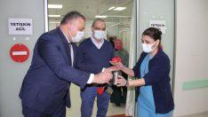 Buca Belediyesi'nden sağlık emekçilerine kırmızı karanfil