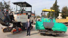 Karabağlar Belediyesi, asfalt serim makinesini de ilçeye kazandırdı.