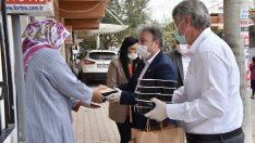 Bornova'da Ramazan yardımları sürüyor