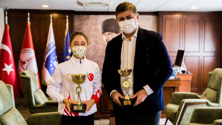 Karşıyakalı milli tenisçi Başkan Tugay'ı ziyaret etti