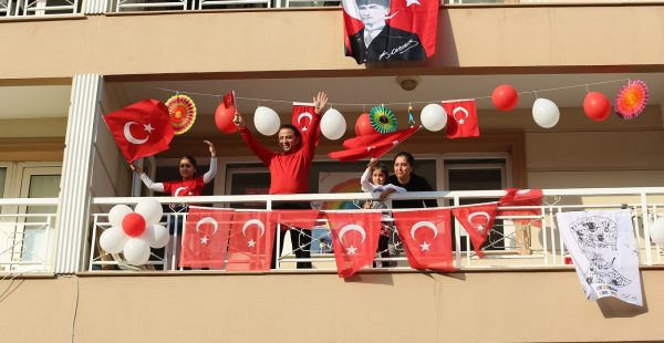 Gaziemir'in balkonlarında bayram coşkusu