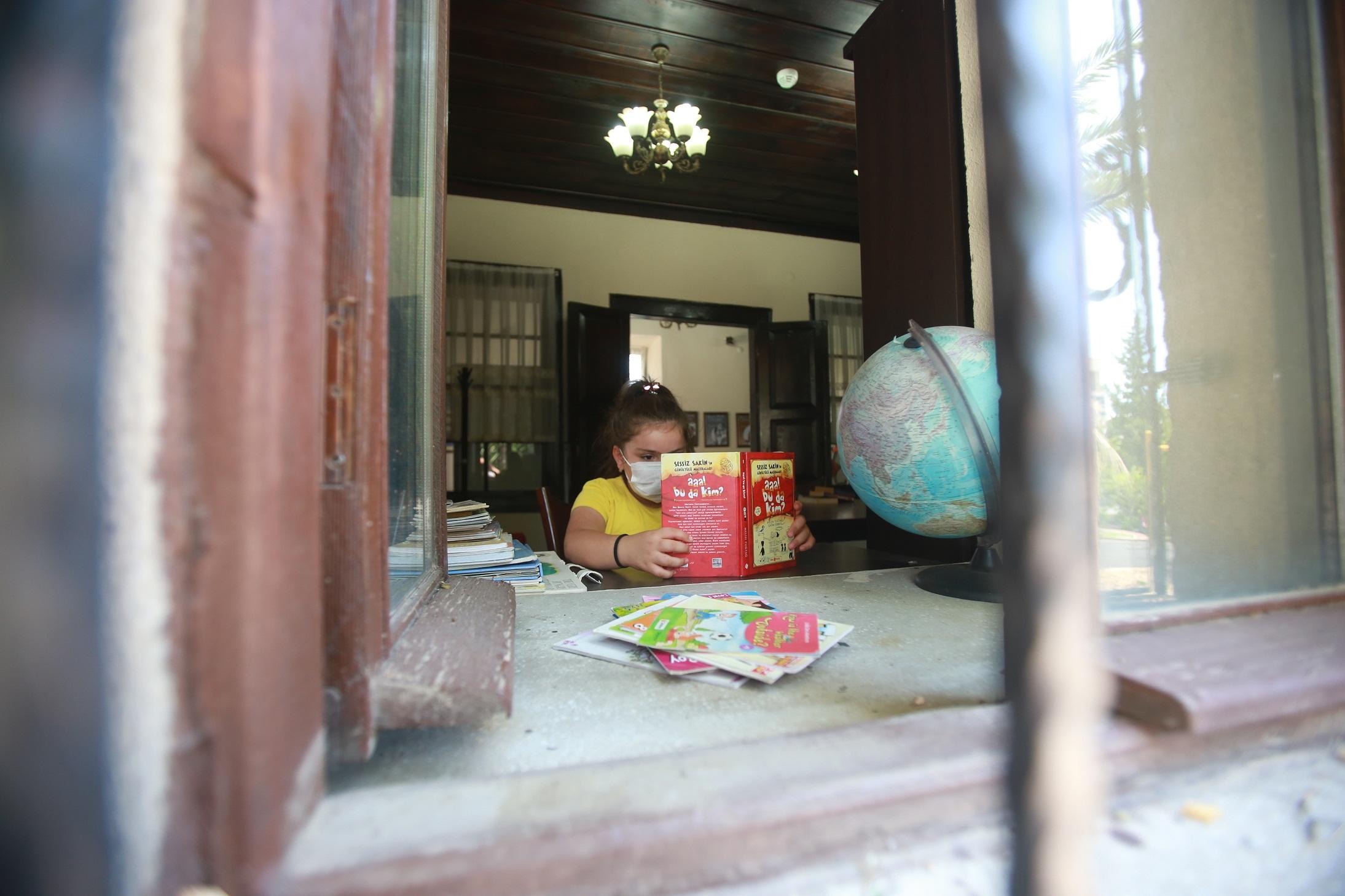 Çocuklar yaz tatilini kitaplarla değerlendiriyor